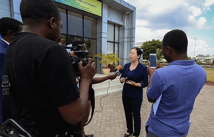 接收坦桑尼亚国家电视台采访